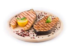 在盛肉盘的鲑鱼排 免版税库存照片