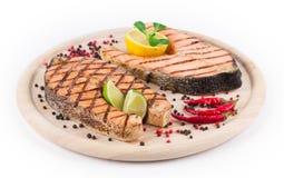 在盛肉盘的鲑鱼排 免版税库存图片