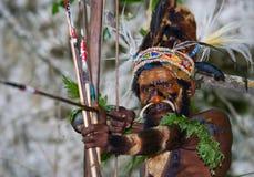 在盛装的战士部落Yaffi与弓箭在洞 新几内亚海岛 免版税库存图片