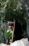 在盛装的战士部落Yaffi与弓箭在洞 新几内亚海岛 库存图片