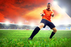 在目标以后的足球运动员 免版税库存图片