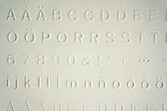在盲人识字系统文字系统前使用的瞎的人民的压印的文字 免版税库存图片