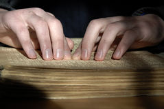 在盲人识字系统的盲目的读书文本 读b的人的手特写镜头  库存图片