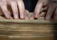 在盲人识字系统的盲目的读书文本 读b的人的手特写镜头  免版税库存图片