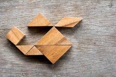 在直升机形状的木七巧板难题 免版税库存图片