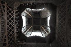 在直接地埃佛尔铁塔之下 免版税库存图片
