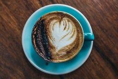 在直接地A咖啡上看法在木桌上的 库存图片