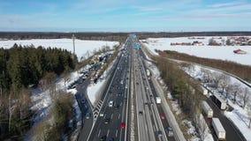 在直接高速公路的汽车通行在晴朗的冬天冷淡的早晨 鸟瞰图 股票录像