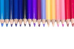在直线的五颜六色的铅笔在纯净的白色背景 免版税库存照片