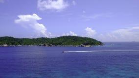 在相似的海岛的速度小船 库存照片