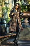 在相当摆在秋天公园的典雅的外套的时装模特儿 免版税库存照片