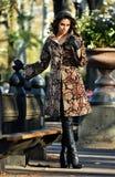 在相当摆在秋天公园的典雅的外套的时装模特儿 图库摄影