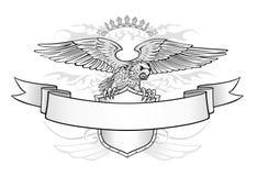 在盾和横幅象征的飞过的老鹰 图库摄影