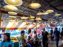 在省的Amphawa浮动市场旅游业是普遍的 Ea 库存图片