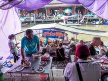 在省的Amphawa浮动市场旅游业是普遍的 Ea 图库摄影