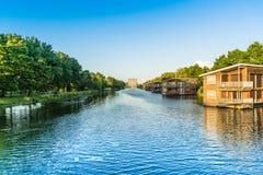 在看公寓和水房子的Havendiep河的看法 图库摄影