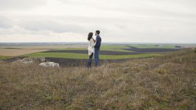 在看在自然的embracess的可爱的夫妇从岩石的顶端 4K 股票录像