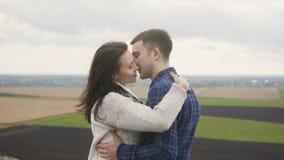 在看在自然的embracess的可爱的夫妇从岩石的顶端 4K 影视素材