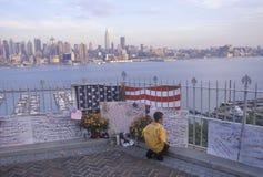 在看在Weehawken,新泽西,纽约, NY的屋顶的2001 9月11日,纪念品 免版税图库摄影
