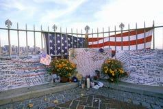 在看在Weehawken,新泽西,纽约, NY的屋顶的2001 9月11日,纪念品 免版税库存图片