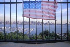 在看在Weehawken,新泽西,纽约, NY的屋顶的2001 9月11日,纪念品 图库摄影