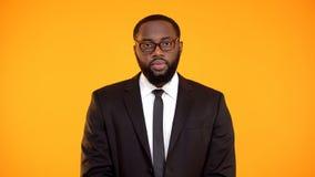 在看对照相机的衣服的坚定的非裔美国人的男性,部门领导 免版税库存照片