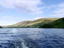 在看对Bonscale派克的阿尔斯沃特湖在右边 免版税库存照片
