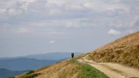在看山的山顶部的夫妇游人 远足者夫妇旅行享受生活风景自然风景 夏天 股票录像