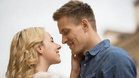 在看彼此,浪漫日期,嫩感觉,特写镜头的爱的夫妇 库存照片