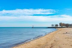 在看往密执安湖的芝加哥孵育海滩 库存照片