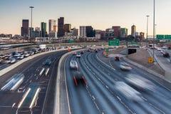 在看往街市丹佛,科罗拉多,美国的I-25的高峰时间交通 免版税库存照片