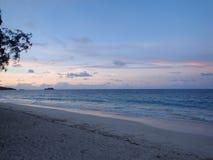 在看往mokulua海岛的黄昏的Waimanalo海滩 库存照片