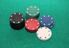 在看板卡筹码附近深度感觉域赌博演奏啤牌浅被堆积的表的绿色人球员 图库摄影