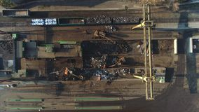 在看法上的寄生虫在铁货车用废金属填装了 金属回收 股票录像