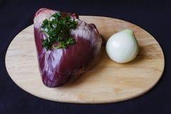 在看法上的未加工的猪肉心脏 库存图片