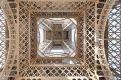在看法下的埃佛尔铁塔结构在巴黎 免版税库存照片