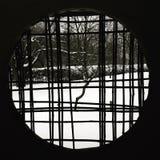 在看法低谷之外的庭院一个圆的窗口 库存照片