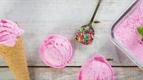 在看法桃红色冰淇凌上