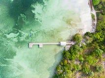 在看法热带海滩码头加勒比海下的空中上面巴西班让的 印度尼西亚摩鹿加群岛群岛,Kei海岛,班达海 库存图片