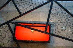 在看法的红色台球台 库存照片