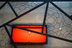 在看法的红色台球台 免版税图库摄影
