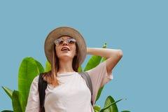 在看的热带植物附近的惊奇妇女  库存照片