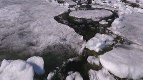 在看的鸟瞰图下来在有美丽的结冰的冰的伏尔加河 股票视频