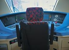 在看看里面现代火车驾驶员舱 库存照片