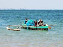 在看见的马达加斯加人的渔独木舟与渔夫 图库摄影