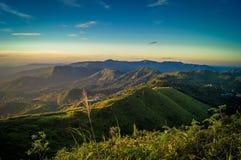 在看见蓝天的小山的上面的看法 免版税库存照片