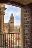 在看起来新的大教堂萨拉曼卡Belltower通过门框 库存图片