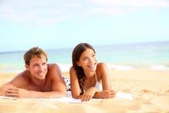 在看起来的海滩的夫妇愉快 库存照片