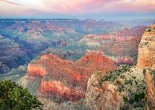 在看起来莫哈韦沙漠的点的日落东部在大峡谷 库存照片