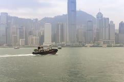 在看起来被采取的维多利亚的中心常规陈列港口香港kowloon间 库存图片